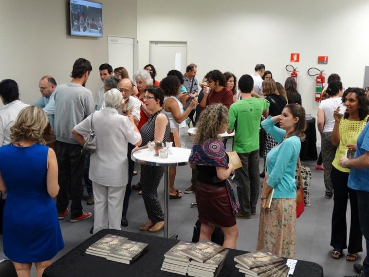 A tarde de autógrafos estava bem agitada com o público que prestigiou o evento.