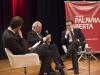 Mario Vargas Llosa é observado pelos professores Fernando Schuler e Carlos Melo.